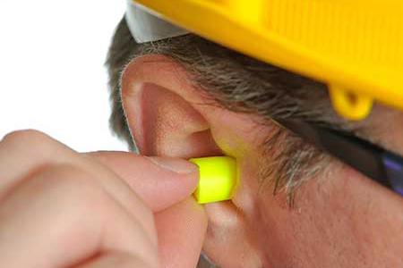 Como é o ensaio de atenuação de ruído em protetores auditivos?